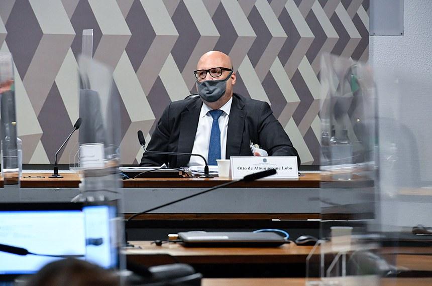 Comissão de Assuntos Econômicos (CAE) realiza sabatina de cinco indicações de gestores de instituições: duas  à diretoria da Comissão de Valores Mobiliários (CVM); uma para a diretoria do Banco Central (BC); uma para a presidência do Conselho Administrativo de Defesa Econômica (Cade) e uma para a diretoria da Instituição Fiscal Independente do Senado (IFI).    À mesa, indicado para o cargo de diretor da Comissão de Valores Mobiliários (CVM), Otto Eduardo Fonseca de Albuquerque Lobo.  Foto: Waldemir Barreto/Agência Senado