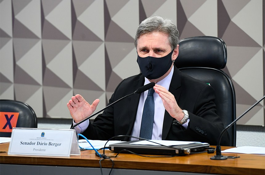 Comissão de Serviços de Infraestrutura (CI) realiza reunião semipresencial para discutir e votar as emendas da comissão ao PLN 3/2021, que dispõe sobre as diretrizes para a elaboração e a execução da Lei Orçamentária de 2022 (LDO 2022).   À mesa, presidente da CI, senador Dário Berger (MDB-SC), conduz reunião.   Foto: Marcos Oliveira/Agência Senado