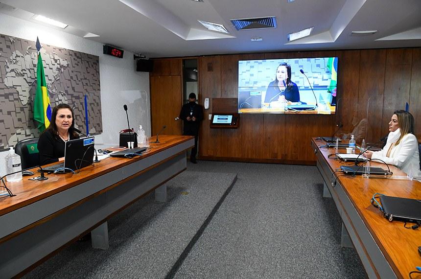 Comissão de Relações Exteriores e Defesa Nacional (CRE) realiza reunião semipresencial para discutir e votar as emendas da comissão ao PLN 3/2021, que dispõe sobre as diretrizes para a elaboração e a execução da Lei Orçamentária de 2022 (LDO 2022).  À mesa, presidente da CRE, senadora Kátia Abreu (PP-TO), conduz reunião.  Em pronunciamento, à bancada, senadora Soraya Thronicke (PSL-MS).  Foto: Marcos Oliveira/Agência Senado
