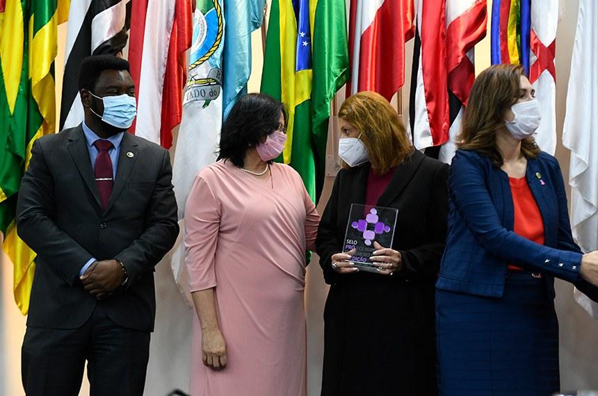 Senado Federal participa da 6ª edição da premiação do Programa Pró-Equidade de Gênero e Raça do Ministério da Mulher, da Família e dos Direitos Humanos.  O Programa Pró-Equidade de Gênero e Raça do Governo Federal, vinculado à então Secretaria de Políticas para as Mulheres, atualmente ao Ministério da Mulher, da Família e dos Direitos Humanos, foi criado em 2005, tendo realizado seis edições, com duração bienal.  O objetivo do Programa é a redução das desigualdades de gênero e raça no âmbito do trabalho, estimulando as instituições públicas e privadas a adotar práticas de equidade no âmbito da gestão de pessoas e cultura organizacional, visando a construção de uma sociedade justa e sem discriminação.  O Senado Federal começou a participar desse Programa, mediante adesão autorizada pela Comissão Diretora, em 2011. Desde então, recebeu dois selos de compromisso em boas práticas de equidade.  O Senado Federal entregou o Relatório Final de Execução das Ações, referente à 6ª. Edição, em março de 2018. O resultado foi divulgado apenas recentemente, no qual consta o Senado Federal como um dos contemplados com o selo.  (E/D): ministra da Mulher, da Família e dos Direitos Humanos, Damares Alves; diretora-geral do Senado Federal, Ilana Trombka; secretária Nacional de Políticas para as Mulheres Ministério da Mulher, da Família e dos Direitos Humanos, Cristiane Britto.  Foto: Marcos Oliveira/Agência Senado