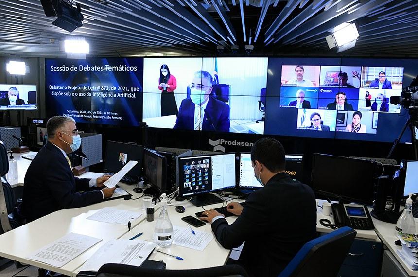 Sessão de debates temáticos, realizada a partir da sala de controle da Secretaria de Tecnologia da Informação (Prodasen), para debater o Projeto de Lei nº 872, de 2021, que dispõe sobre o uso da Inteligência Artificial (IA).   A proposição estabelece quatro conjuntos de parâmetros que deverão nortear a aplicação da IA no país: respeito à ética, aos direitos humanos, aos valores democráticos e à diversidade; proteção da privacidade e dos dados pessoais; transparência, confiabilidade e segurança dos sistemas; e garantia da intervenção humana, sempre que necessária.  Senador Eduardo Girão (Podemos-CE) preside sessão.  Foto: Roque de Sá/Agência Senado