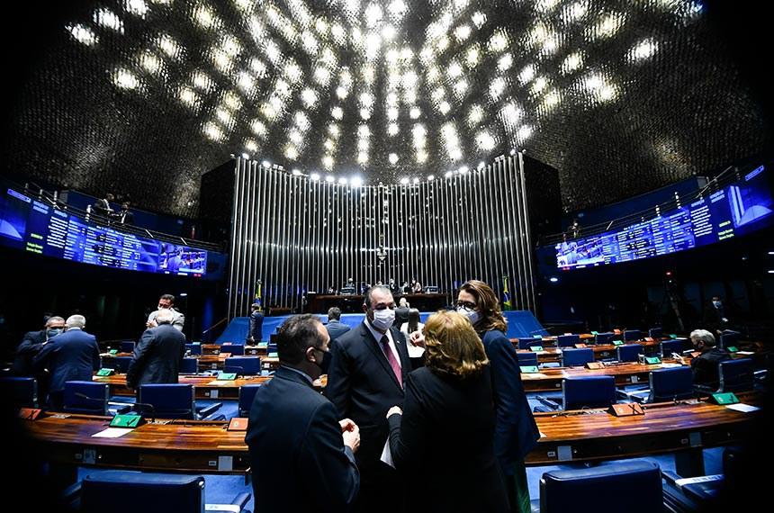 Plenário do Senado Federal durante sessão deliberativa ordinária semipresencial.   Na ordem do dia, sessão destinada à deliberação de indicações de autoridades encaminhadas pelo governo federal. Os indicados já foram sabatinados pelas comissões.   Presidente do Senado Federal, senador Rodrigo Pacheco (DEM-MG), conduz sessão.   Em primeiro plano:  senador Zequinha Marinho (PSC-PA);  senador Omar Aziz (PSD-AM);  senadora Leila Barros (PSB-DF);  senadora Zenaide Maia (Pros-RN).   Foto: Marcos Oliveira/Agência Senado