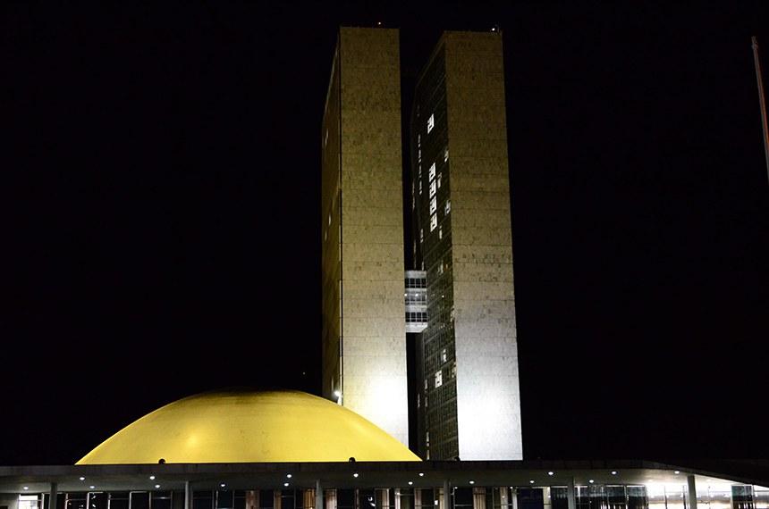 """A cúpula do Senado Federal e o Anexo 1 do edifício do Congresso Nacional estão iluminados com a cor amarela em alusão ao Dia Mundial de Luta Contra Hepatites Virais, comemorado em 28 de julho. Neste ano, o tema da campanha é """"Eliminar as hepatites"""".   Foto: Ana Volpe/Agência Senado"""
