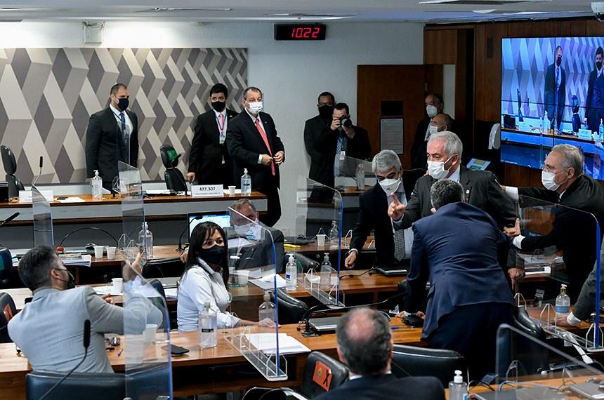 Comissão Parlamentar de Inquérito da Pandemia (CPIPANDEMIA) realiza oitiva do ex-secretário-executivo do Ministério da Saúde. O objetivo é esclarecer suas ações nas compras e abastecimento de insumos para os estados durante a crise sanitária.  Os senadores Otto Alencar (PSD-BA) e Marcos Rogério (DEM-RO) descutem ao votar na CPI da Covid requerimento para convocação de Franciele Fantinato, coordenadora do PNI (Programa Nacional de Imunização), que deve prestar depoimento sobre a vacinação de gestantes.  Bancada: senadora Eliziane Gama (Cidadania-MA);  senador Humberto Costa (PT-PE); senador Otto Alencar (PSD-BA); senador Izalci Lucas (PSDB-DF); senador Marcos Rogério (DEM-RO).  Foto: Edilson Rodrigues/Agência Senado
