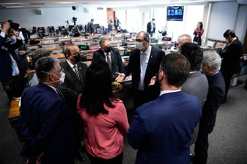 """Comissão Parlamentar de Inquérito da Pandemia (CPIPANDEMIA) realiza oitiva da diretora técnica da Precisa Medicamentos, empresa que representa a Bharat Biotech no Brasil e que teria feito intermediação nas negociações para compra da vacina Covaxin.  O depoimento da diretora-executiva à CPI da Pandemia foi adiado para hoje (14) após a depoente afirmar estar """"exausta"""" e sem condições psicológicas de falar à comissão na noite desta terça-feira (13). A depoente ainda está suportada por um habeas corpus que lhe dá o direito de silenciar sobre perguntas que possam incriminá-la.  Senadores conversam à bancada.   Bancada: senador Izalci Lucas (PSDB-DF);  senadora Simone Tebet (MDB-MS);  senador Eduardo Girão (Podemos-CE);  senador Alessandro Vieira (Cidadania-SE);  senador Ciro Nogueira (PP-PI);  senador Humberto Costa (PT-PE) presidente da CPIPANDEMIA, senador Omar Aziz (PSD-AM);  relator da CPIPANDEMIA, senador Renan Calheiros (MDB-AL).   Foto: Pedro França/Agência Senado"""