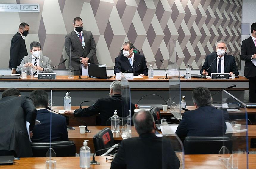 Comissão Parlamentar de Inquérito da Pandemia (CPIPANDEMIA) realiza reunião deliberativa para votar requerimentos de convocação; de quebra de sigilos telefônico, telemático, fiscal e bancário; e de informações. Entre os pedidos na pauta, estão as convocações de representantes do Facebook, Twitter e YouTube.  Mesa:  vice-presidente da CPIPANDEMIA, senador Randolfe Rodrigues (Rede-AP); presidente da CPIPANDEMIA, senador Omar Aziz (PSD-AM);  relator da CPIPANDEMIA, senador Renan Calheiros (MDB-AL).  Foto: Jefferson Rudy/Agência Senado