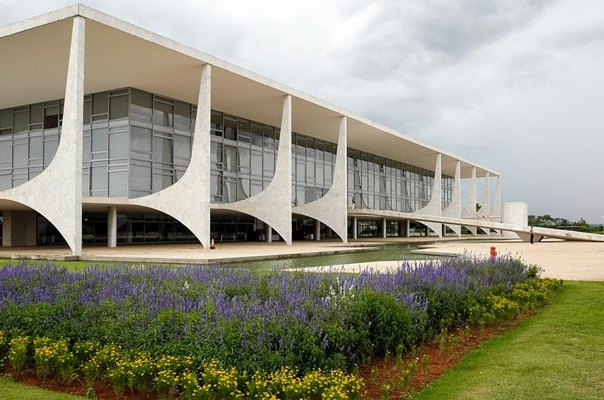 Palácio do Planalto com Bandeira Brasileira a meio mastro em solidariedade às vítimas do acidente aéreo com time de futebol da Chapecoense, ocorrido na Colômbia.   Foto: Rogério Melo/PR