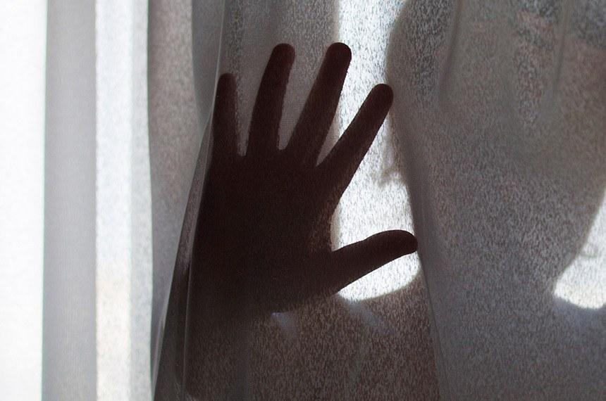Violência Doméstica e familiar. Jovem garota com medo de abuso domestico.