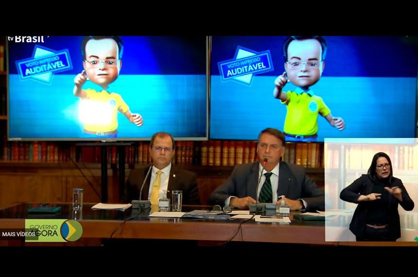 Presidente Jair Bolsonaro abre live para cobertura da imprensa  Senadores classificam live de Bolsonaro sobre urna eletrônica como ataque à democracia  https://www12.senado.leg.br/noticias/materias/2021/07/30/senadores-criticam-live-de-bolsonaro-sobre-urna-eletronica-e-a-classificam-como-grave-ataque-a-democracia  Reprodução/Tv Brasil