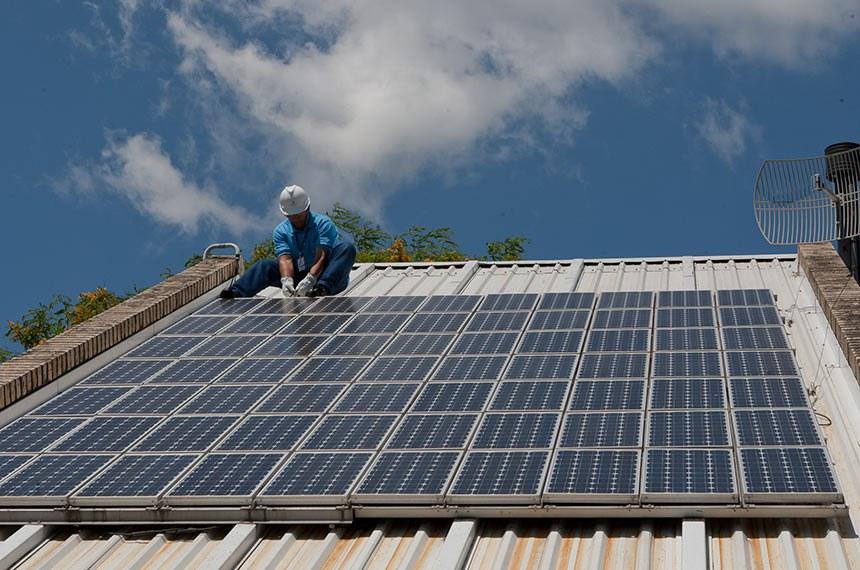 O efeito fotovoltaico acontece quando a luz solar, através de seus fótons, é absorvida pela célula fotovoltaica. A energia dos fótons da luz é transferida para os elétrons que então ganham a capacidade de movimentar-se. O movimento dos elétrons, por sua vez, gera a corrente elétrica. As células fotovoltaicas podem ser dispostas de diversas formas, sendo a mais utilizada a montagem de painéis ou módulos solares.