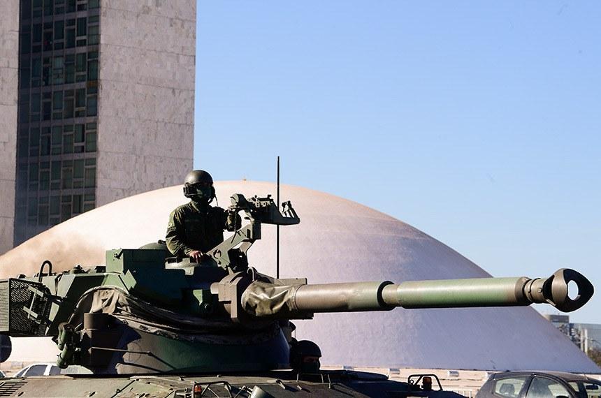 Tanque de guerra passa ao lado da cúpula do Senado