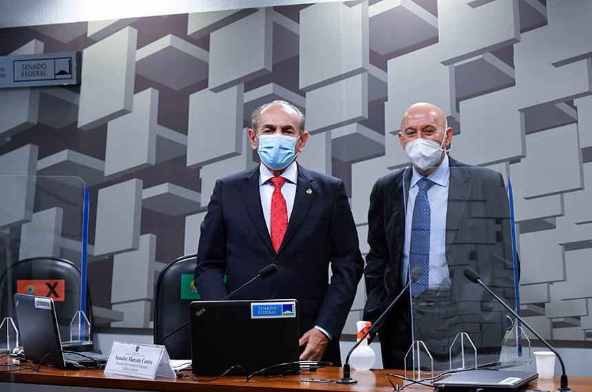 À esqueda, Marcelo Castro, presidente da CE; à direita, o autor do projeto, Confúcio Moura; agora a matéria segue para análise na CCJ