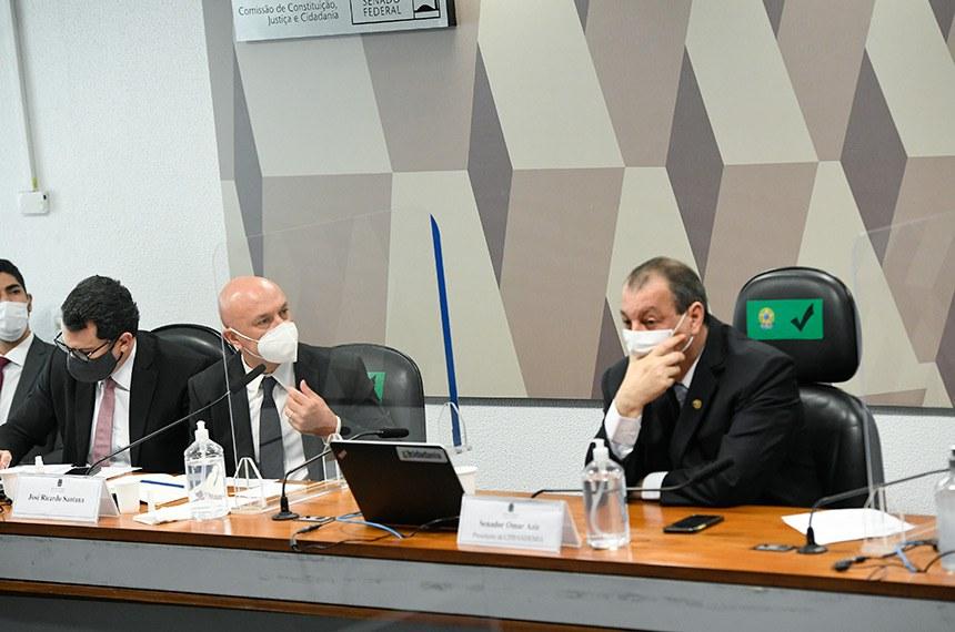 Comissão Parlamentar de Inquérito da Pandemia (CPIPANDEMIA) realiza oitiva do ex-secretário-executivo da Câmara de Regulação do Mercado de Medicamentos (CMED). O objetivo é esclarecer fatos sobre suposto pedido de propina de um dólar por dose em negociação de vacinas da AstraZeneca.  Mesa: advogado do depoente; ex-secretário-executivo da Câmara de Regulação do Mercado de Medicamentos da Anvisa, José Ricardo Santana; presidente da CPIPANDEMIA, senador Omar Aziz (PSD-AM).  Foto: Jefferson Rudy/Agência Senado