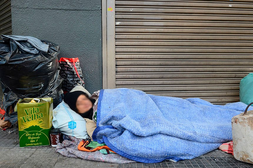 Maria Ivani dos Santos Lima, dorme nas ruas do centro de São Paulo enfrentando temperaturas próximas a 0°, Praça Ramos, região central.