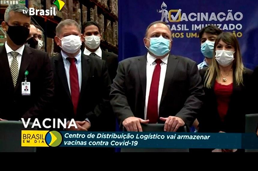 Andreia Lima em evento com o ex-ministro Eduardo Pazuello e Roberto Dias (E), em dezembro de 2020