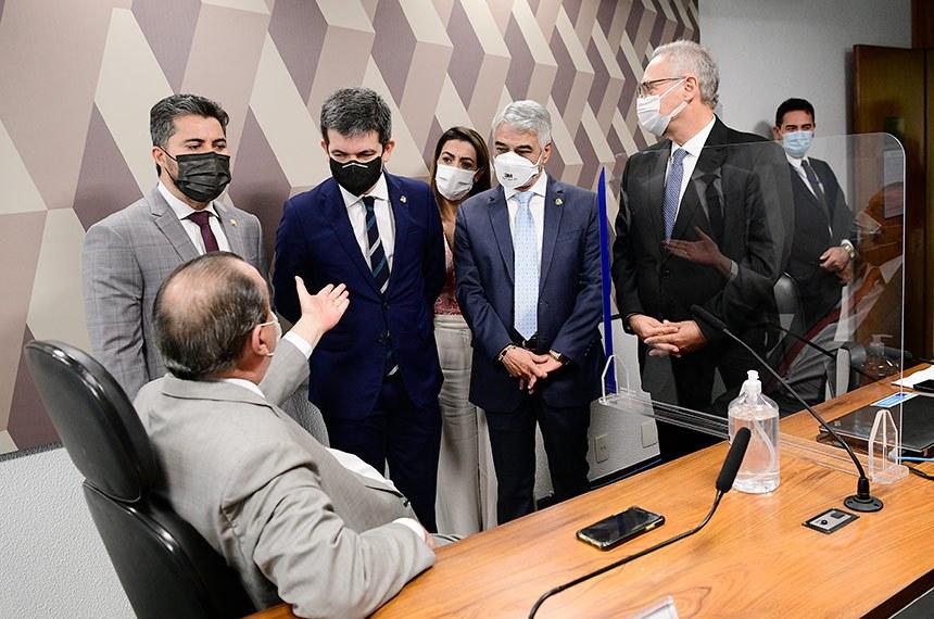Omar Aziz, presidente da CPI da Pandemia, conversa com integrantes da comissão após o não comparecimento do lobista Marconny Faria: novo depoimento está marcado para o dia 15 de setembro