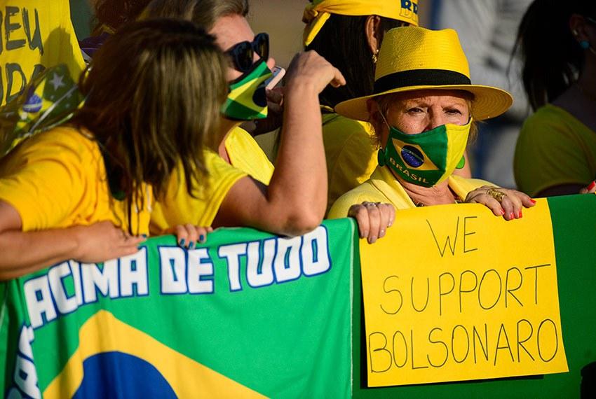 Entre as faixas de apoio a Bolsonaro, haviam até frases em inglês