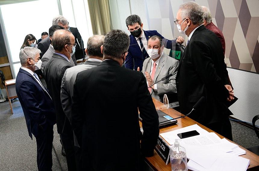 Presidente da CPI, Omar Aziz (sentado) conversa com senadores em reunião do colegiado no dia 2