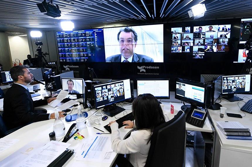 O senador Eduardo Braga (no telão, em sessão remota) é autor do projeto