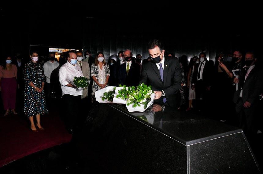 Rodrigo Pacheco depositou flores na câmara mortuária, onde estão os restos mortais do ex-presidente JK