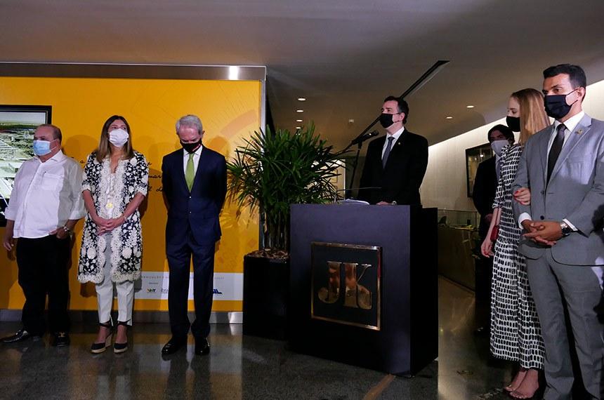 Presidente do Senado fala durante evento no Memorial JK, observado, entre outros, pelo senador Irajá (à direita) e o governador do DF, Ibaneis Rocha