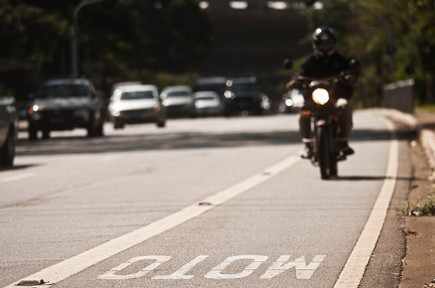 SAO PAULO, SP, 04.05.2012: Motociclistar transitam pela avenida Sumare, onde possui faixa exclusiva para motos. Capital registra 10 mortes envolvendo motos por semana. (Foto:Danilo Verpa/Folhapress, COTIDIANO)***EXCLUSIVO FOLHA***