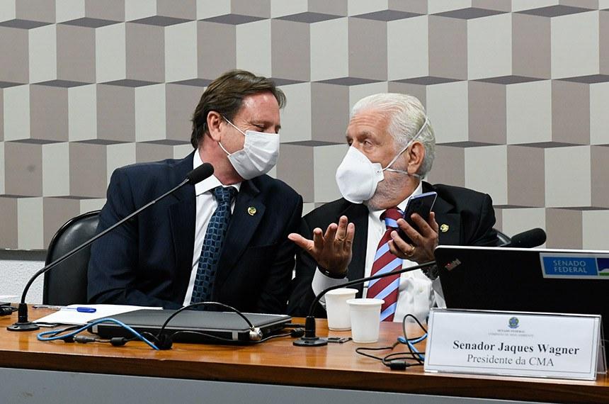 A Comissão de Agricultura e Reforma Agrária (CRA) e a Comissão de Meio Ambiente (CMA) realizam audiência pública conjunta para debater propostas de mudanças na legislação sobre regularização fundiária, como o PL 510/2021 e o PL 2.633/2020, que regulamenta legislação de regularização fundiária em terras da União, na Amazônia Legal, e do Incra. A proposta trata das normas gerais para o licenciamento de recursos ambientais, efetiva ou potencialmente poluidor ou capaz de causar degradação do meio ambiente.   Mesa:  presidente da CRA, senador Acir Gurgacz (PDT-RO);  presidente da CMA, senador Jaques Wagner (PT-BA).   Foto: Roque de Sá/Agência Senado