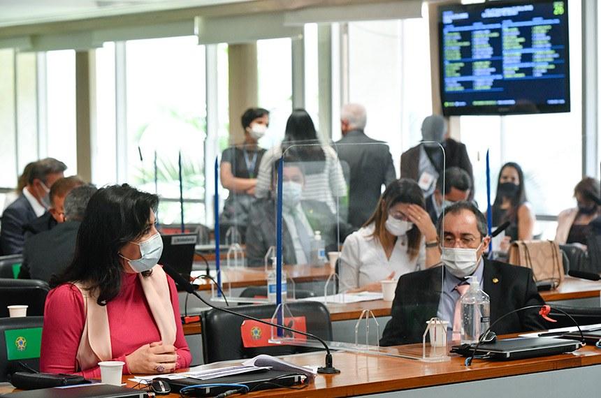 Comissão de Constituição, Justiça e Cidadania (CCJ) realiza reunião semipresencial para analisar a PEC da Reforma Eleitoral (PEC 28/2021), que prevê a volta das coligações partidárias nas eleições de vereadores e deputados. Também está na pauta o projeto que cria o Tribunal Regional Federal da 6ª Região, que terá sede em Belo Horizonte (PL 5.919/2019).  Bancada: senadora Simone Tebet (MDB-MS) em pronunciamento; senador Jorge Kajuru (Podemos-GO);  senadora Soraya Thronicke (PSL-MS).  Foto: Leopoldo Silva/Agência Senado