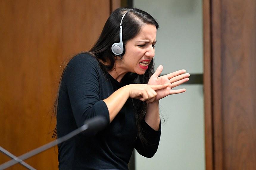Comissões do Senado contam com serviço de libras; PEC em tramitação na Casa, originada de ideia de cidadã sergipana, torna a linguagem brasileiras de sinais um dos idiomas oficiais do Brasil