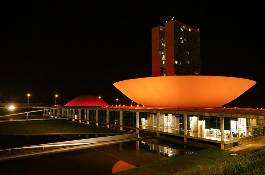 Palácio do Congresso terá luz alaranjada (na foto, iluminação feita em dezembro para marcar campanha de prevenção ao melanoma)