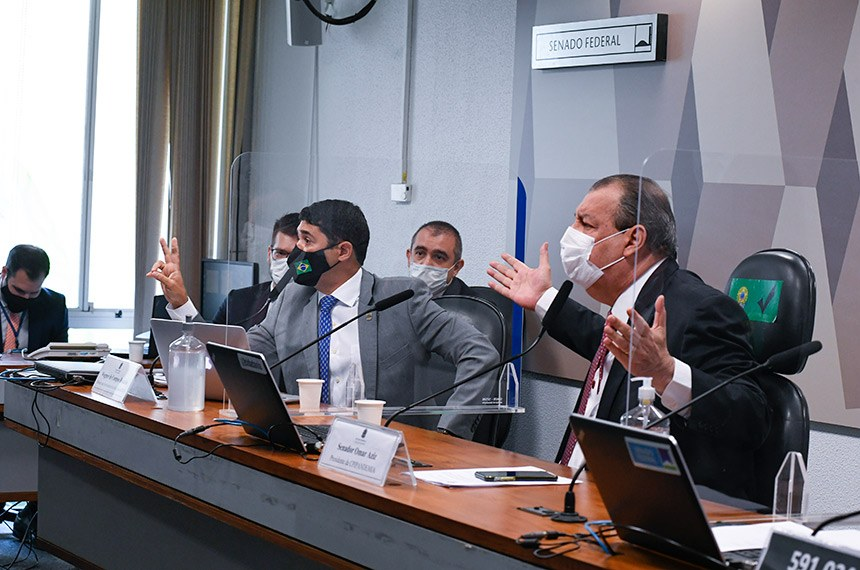 Depoimento do ministro da CGU (à esq., ao lado de Omar Aziz) teve vários momentos de confrontação