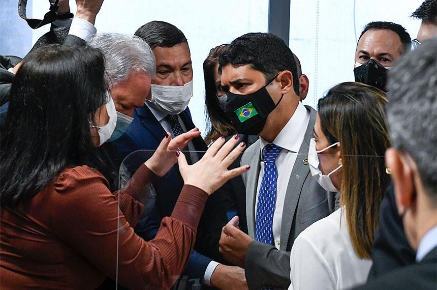 """Em depoimento conturbado à CPI nesta terça-feira (21), o ministro da CGU, Wagner Rosário, chamou a senadora Simone Tebet de """"descontrolada"""". Senadores saíram em defesa da parlamentar"""