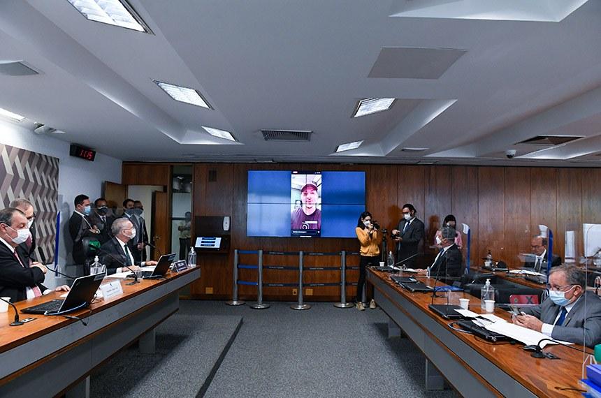Jair Renan, filho de Jair Bolsonaro, publicou vídeo gravado em loja de armas