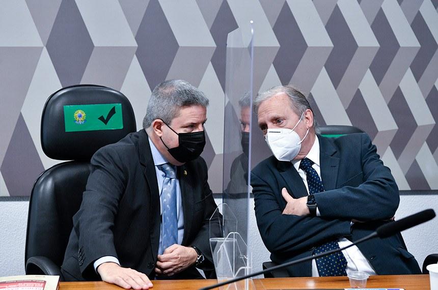 O senador Tasso Jereissati (à dir.), autor do projeto que cria Lei de Responsabilidade Social, com o relator, Antonio Anastasia