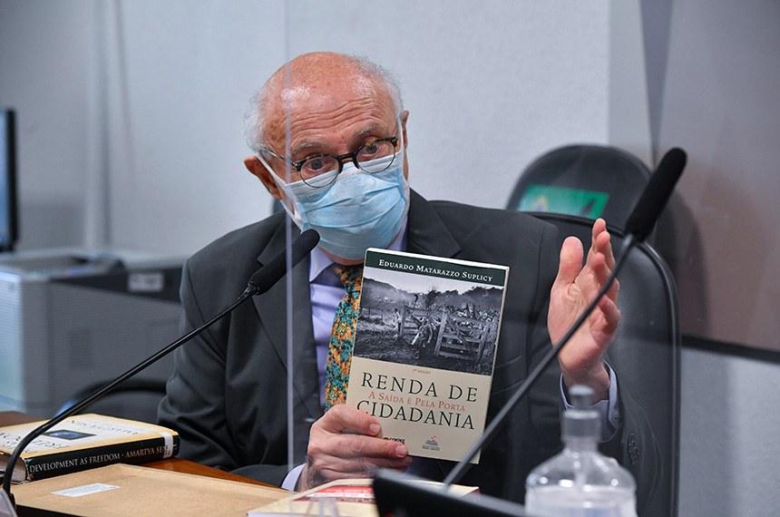 Autor de lei que institui renda básica de cidadania, ainda não regulamentada, o ex-senador Eduardo Suplicy participou do debate