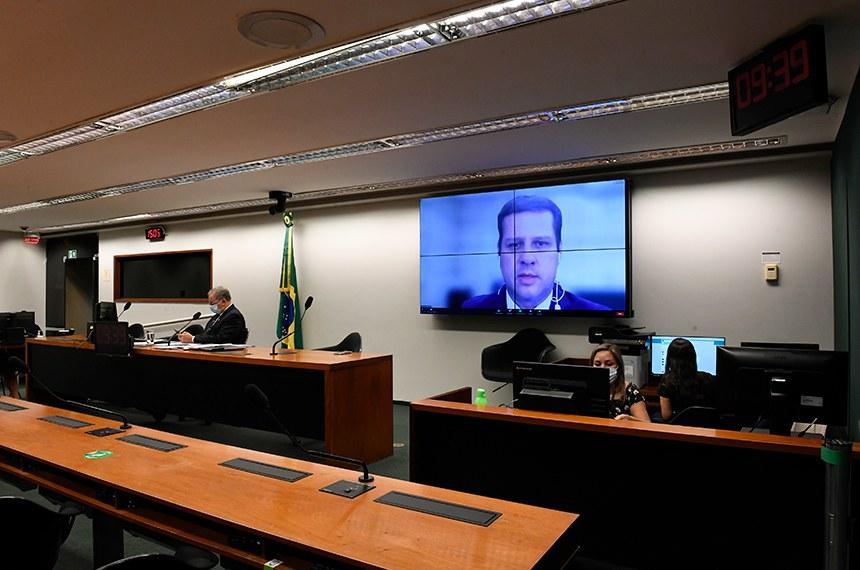 Audiência promovida pelas CEs da Câmara e Senado discutiu os desafios e avanços do setor. Na tela, o secretário de Educação Profissional e Tecnológica do Min. da Educação, Tomás Dias Sant'ana