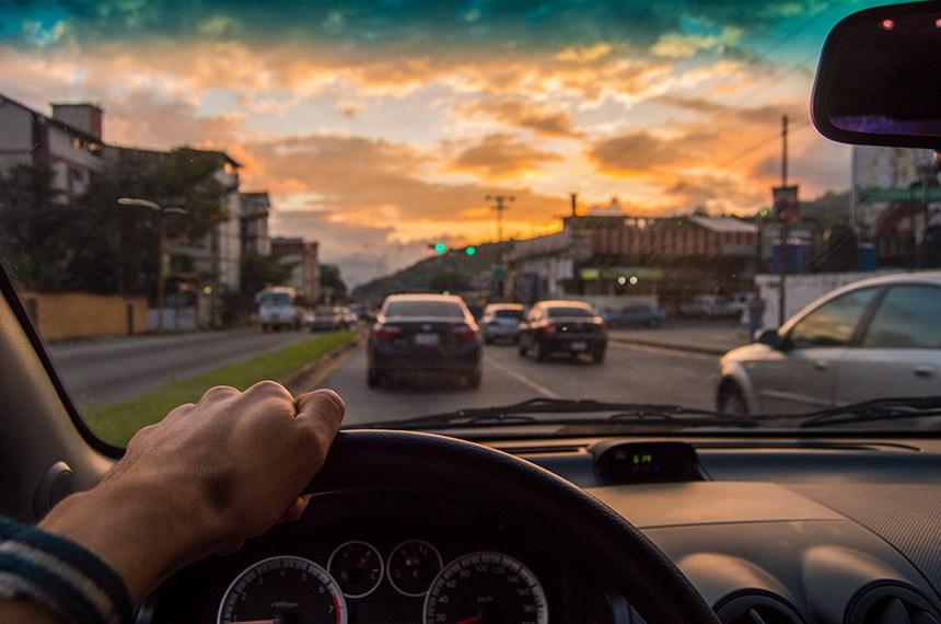 Quem obtiver CNH para carro automático não poderá dirigir veículo com câmbio manual, diz o texto