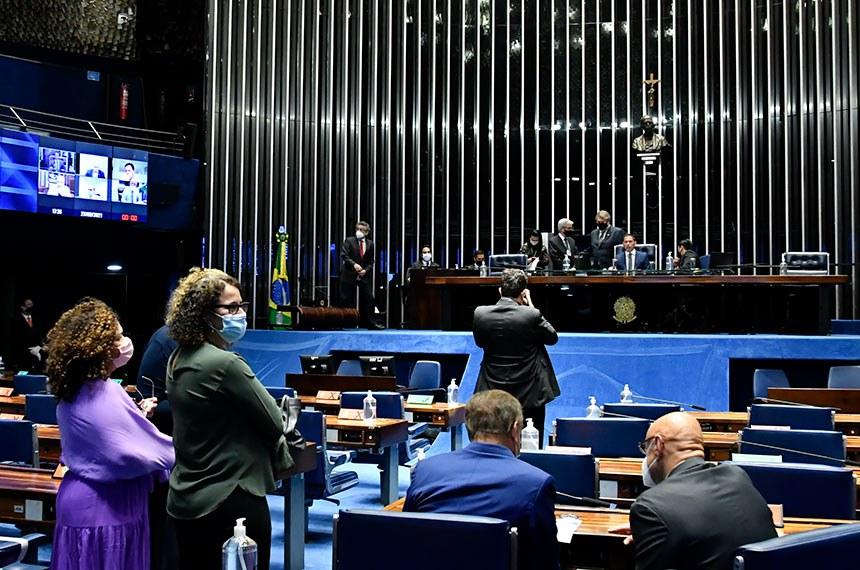 O presidente Jair Bolsonaro havia vetado integralmente essa lei, mas senadores e deputados derrubaram esse veto