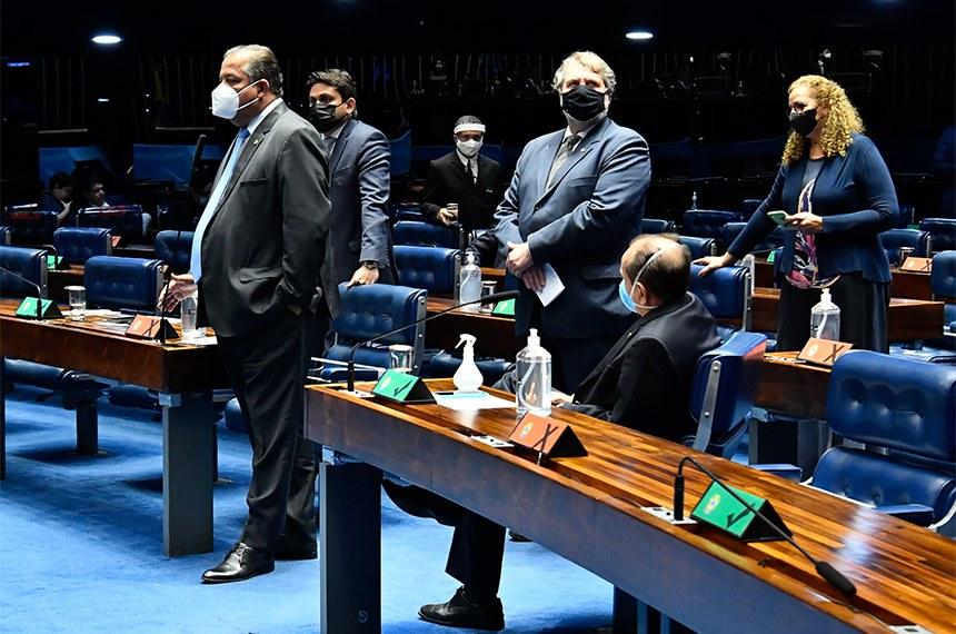 Parlamentares durante a sessão desta segunda-feira