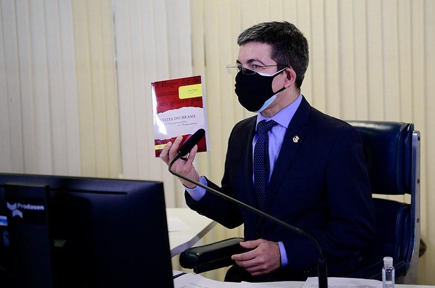 """O senador Randolfe Rodrigues (REDE-AP) disse que a obra é uma apresentação da """"certidão de nascimento"""" do país"""