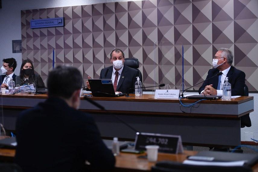 A advogada Bruna Morato, o presidente da CPI, Omar Aziz, e o relator, Renan Calheiros