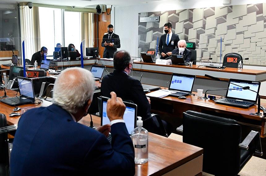 Senadores na reunião da Comissão de Assuntos Econômicos, nesta terça