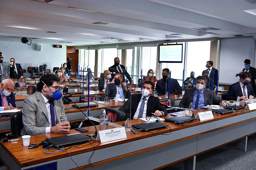 Especialistas e senadores participam do debate, que também teve participações virtuais