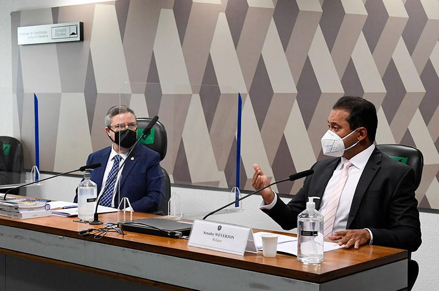 O vice-presidente da CCJ, Antonio Anastasia, ouve o relator, Weverton, na reunião desta quarta