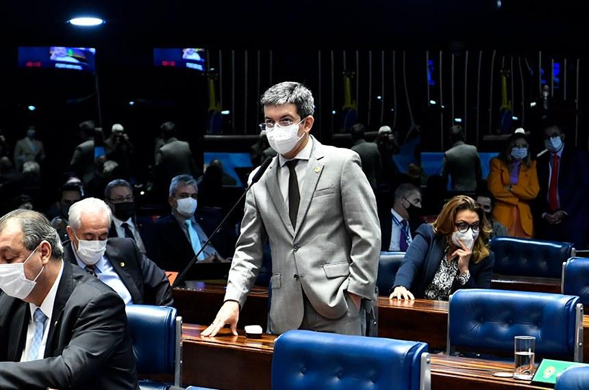 """Ao criticar o projeto, Randolfe Rodrigues disse que o texto contém dispositivo """"sob encomenda"""" para beneficiar políticos que respondem a processos, como Arthur Lira"""