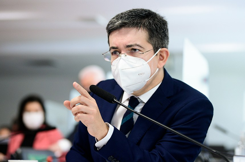 """Comissão Parlamentar de Inquérito da Pandemia (CPIPANDEMIA) realiza oitiva da diretora técnica da Precisa Medicamentos, empresa que representa a Bharat Biotech no Brasil e que teria feito intermediação nas negociações para compra da vacina Covaxin.  O depoimento da diretora-executiva à CPI da Pandemia foi adiado para hoje (14) após a depoente afirmar estar """"exausta"""" e sem condições psicológicas de falar à comissão na noite desta terça-feira (13). A depoente ainda está suportada por um habeas corpus que lhe dá o direito de silenciar sobre perguntas que possam incriminá-la.  Em pronunciamento, vice-presidente da CPIPANDEMIA, senador Randolfe Rodrigues (Rede-AP).  Foto: Pedro França/Agência Senado"""