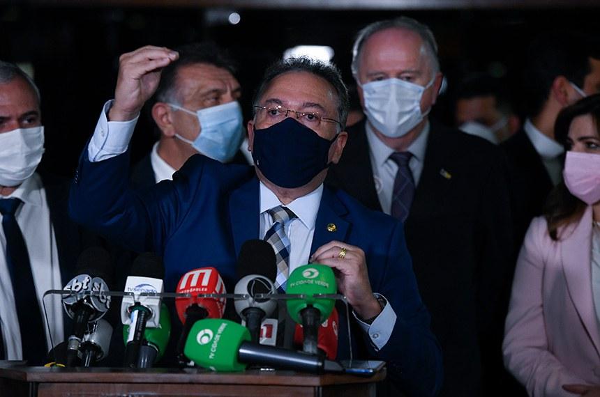O senador Roberto Rocha (PSDB-MA) explica seu relatório em entrevista coletiva à imprensa