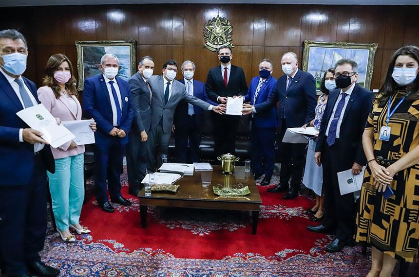Relatório foi entregue em cerimônia na Presidência do Senado