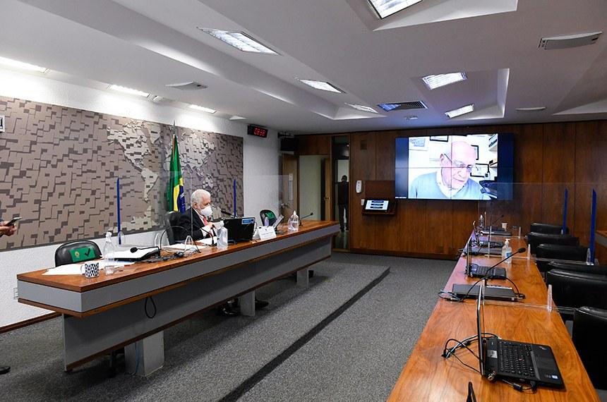 O presidente da comissão, Jaques Wagner (mesa), ouve o relator do projeto, Lasier Martins