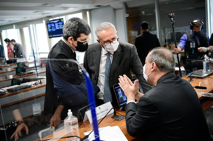 Randolfe com o relator da CPI, Renan Calheiros, e o presidente, Omar Aziz, na reunião de quinta-feira